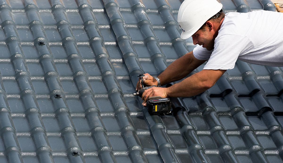 Aan het werk op het dak